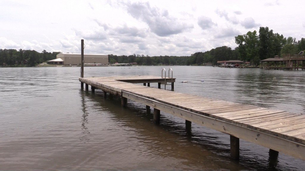 The Dept. of Natural Resources believes 40-year-old Roba Jackson died from drowning at Lake Sinclair Monday.