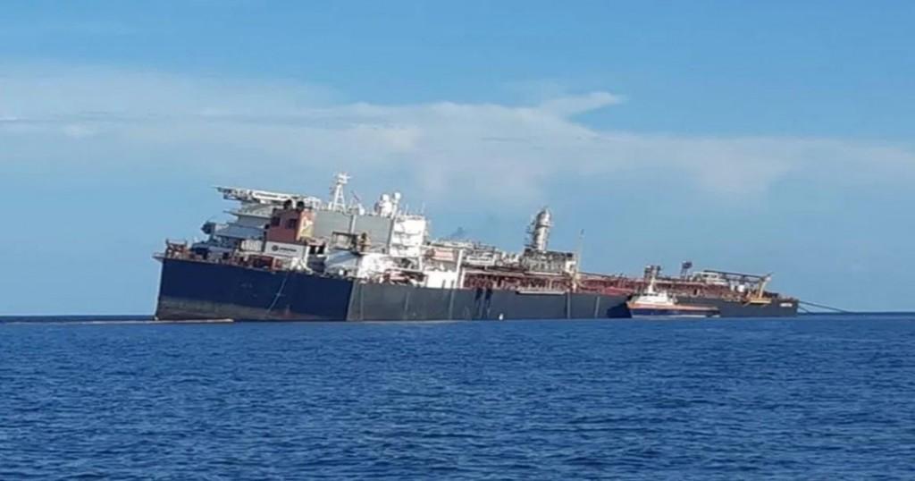 Esto Es Lo Que Se Sabe Sobre La Barcaza Varada En El Océano Atlántico