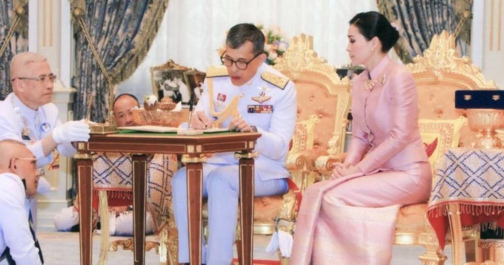 Monarquía Tailandesa Escandaliza El Mundo Con Imagen De Las Rodillas De Sus Súbditos
