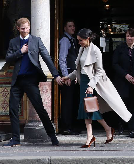 Prince Harry And Meghan Markle Visit Belfasts Crown Liquor Saloon 2018 27101755228 Cropped