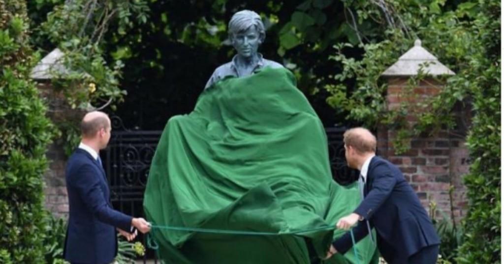 Los Principes William Y Harry Develaron Este Jueves La Estatua En Honor A Su Madre
