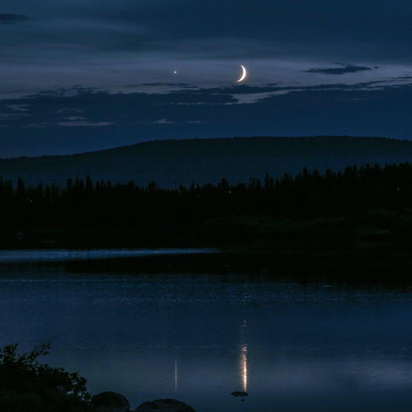 Crescent Moon Next to Venus Tonight - ABC Columbia