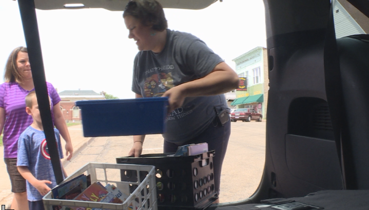 'There's just nothing better': Teacher hands out thousands of free books from bookmobile to kids