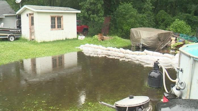 Neighbors work to save homes from increasing levels on Lake Kegonsa
