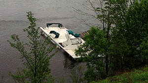 Houseboat goes over dam, 11 people on board