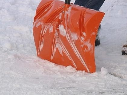 2 men collapse, die while clearing snow in Milwaukee