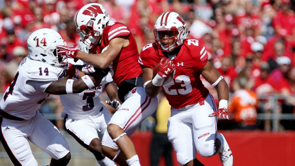 Badgers hold off Wildcats, 33-24