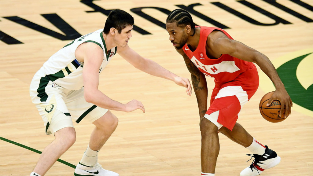 Leonard's 35 leads Raptors over Bucks, 105-99