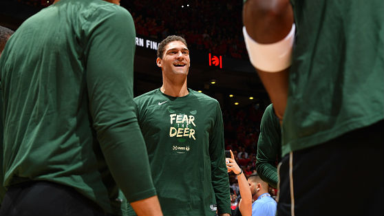 Lopez agrees to stay with Bucks