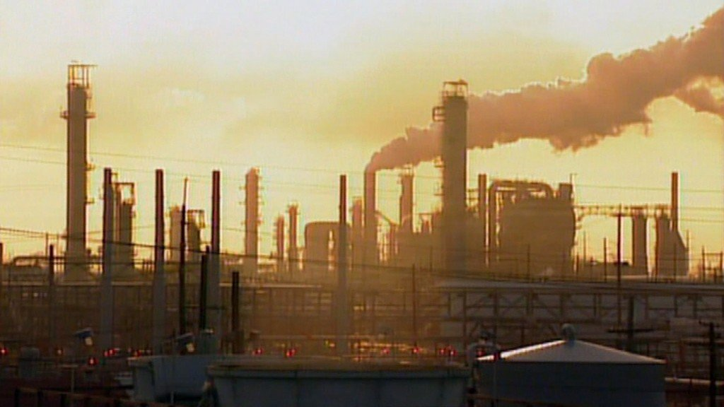 US gas prices fall another 6 cents as refinery output edges up