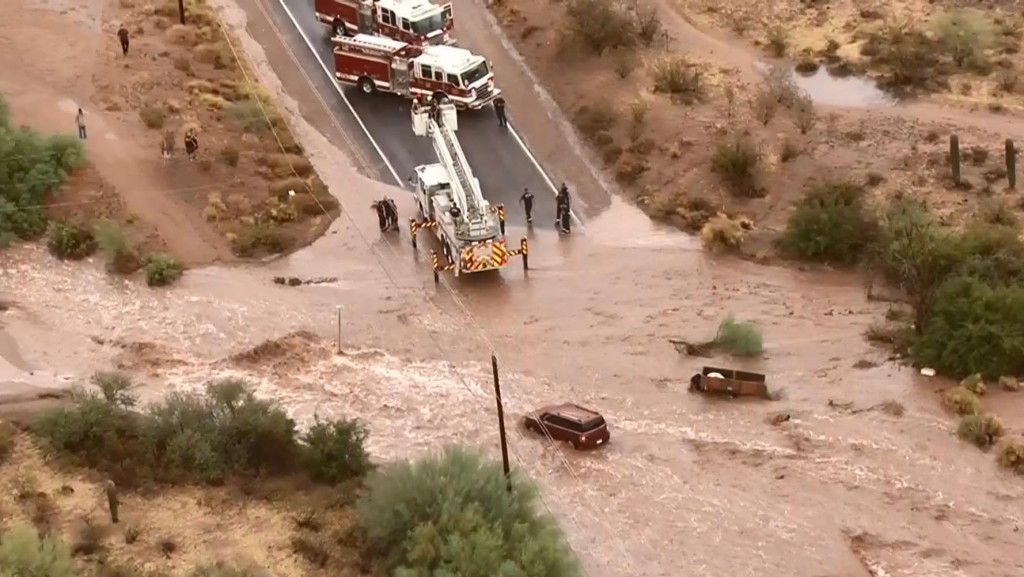 Ariz. flooding prompts water rescues
