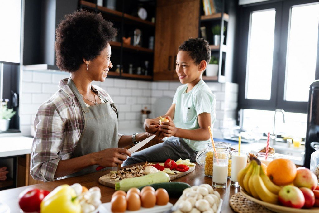 Happy Mother And Children In The Kitchen Healthy F K4g4bgn
