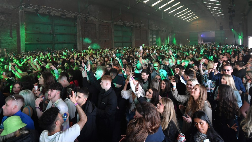 6,000 people gather in a club