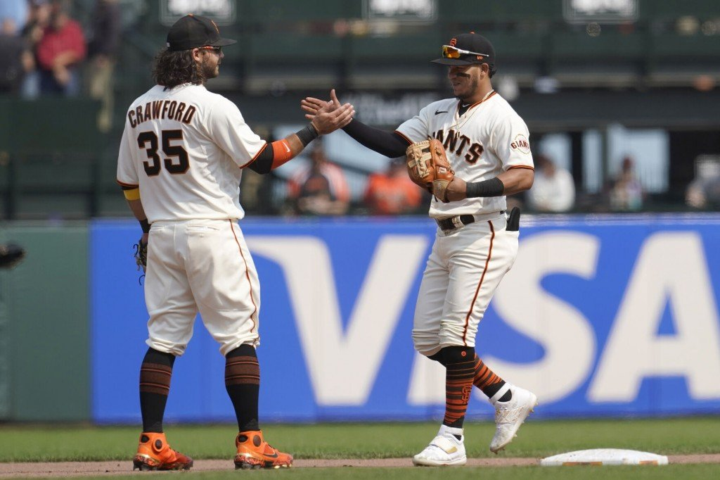Giants Beat Brewers 5 1, Move Into 1st Place Tie