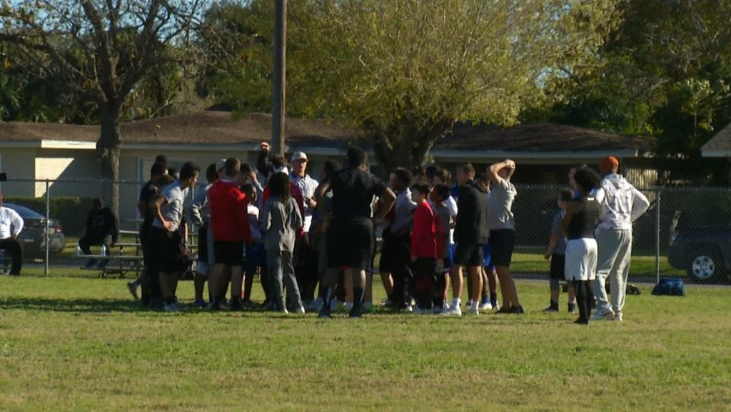 Former Longhorns Participate in Youth Clinic