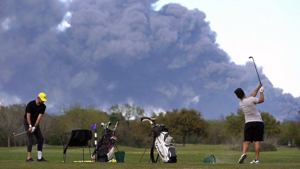 Massive nearby fire doesn't keep Texas golfers off course