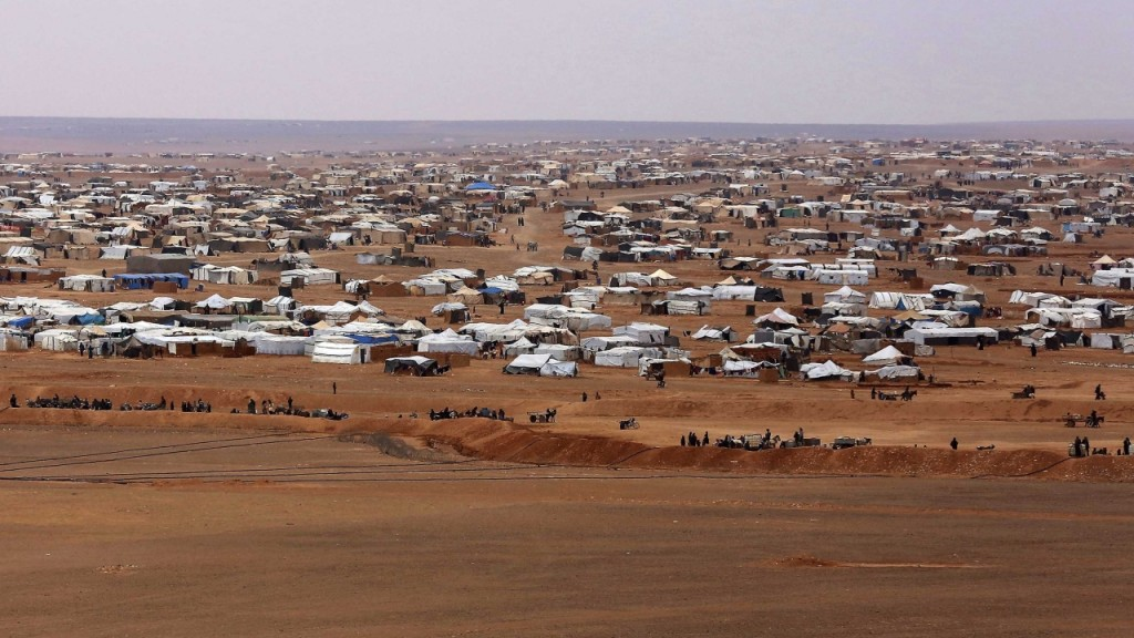 Thousands trapped in desert settlement in Syria