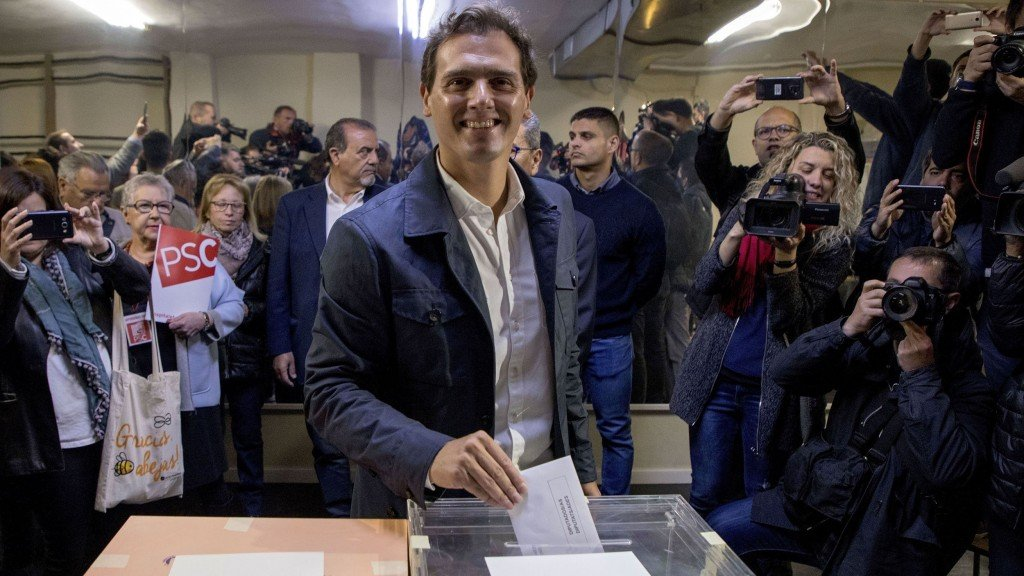 Poll suggests Spain faces minority government after election