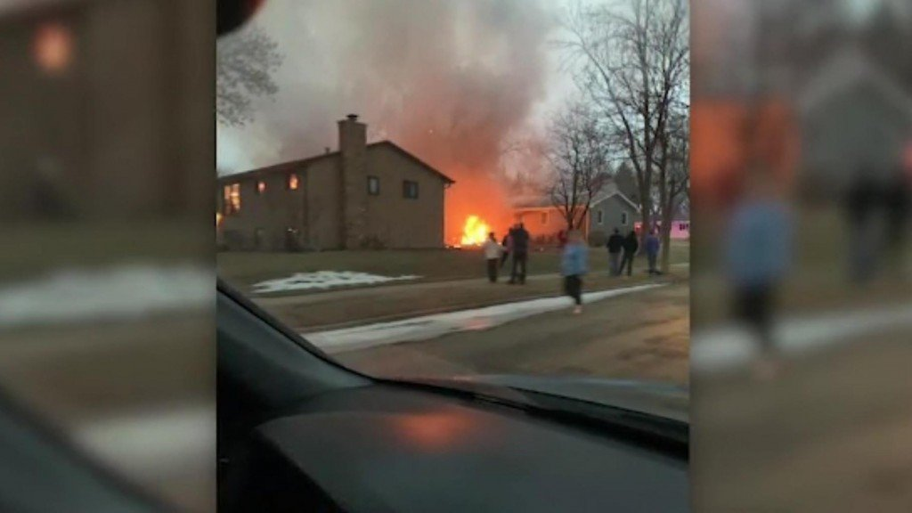 1 dead after plane crashes between 2 homes in South Dakota