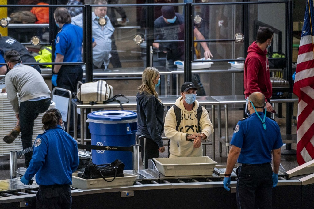 Thanksgiving Travelers Pass Through Seattle Airport After Holiday