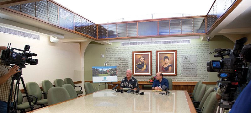 Art Ushijima, right, with Bob Momsen, chairman of the board at North Hawaii Community Hospital, hold a news conference to announce the Hawaii Island hospital's affiliation with Queen's.