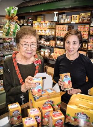 Mabel Hashisaka (left) with employee Lea Mangayayam.
