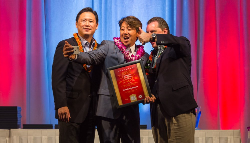 Dean Wong of Imua Family Services snaps a selfie on stage. Photo by Aaron K. Yoshino.