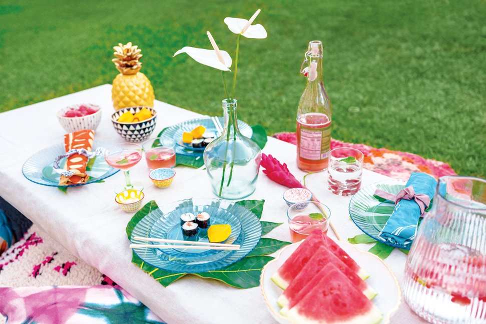 tropical-paradise-themed-party-outdoor-entertaining-living