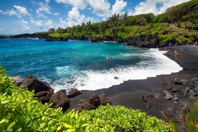 Maui-waianapanapa-7michael-GettyImages-512828610