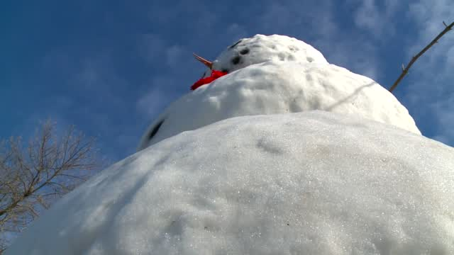 Towering Snowman Built In Iowa