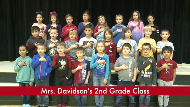 2nd grade class gives the pledge