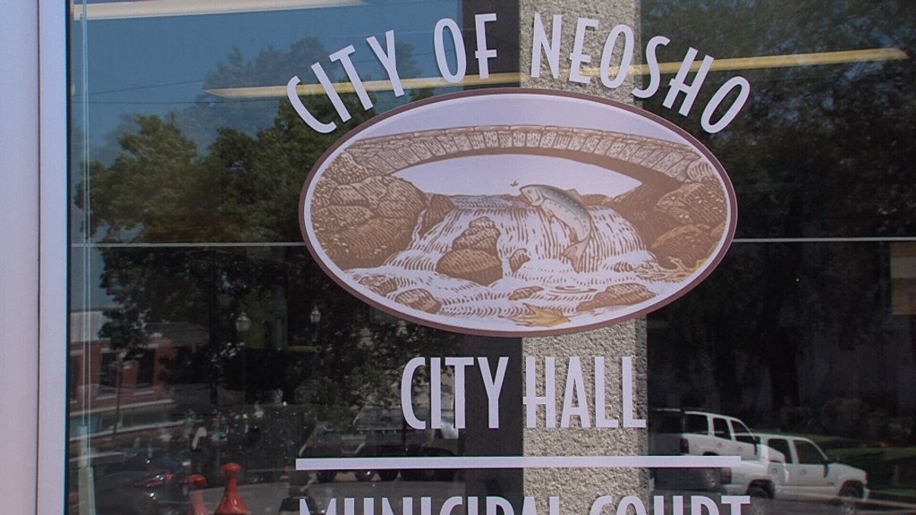 Water main breaks lead to boil advisory and water conservation in Neosho