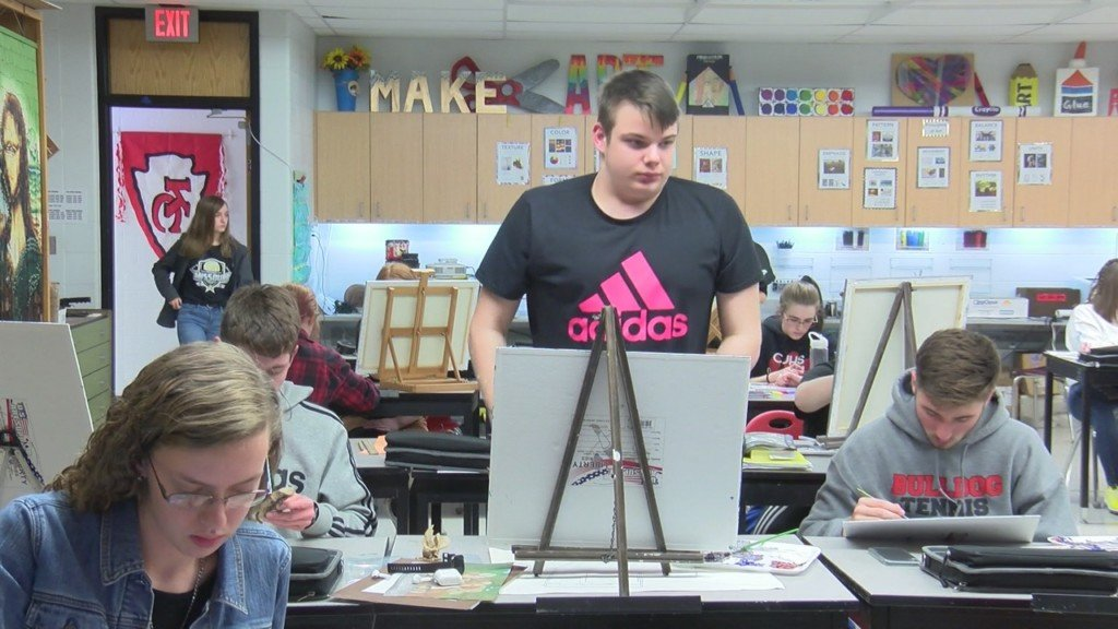 carl junction student in art class