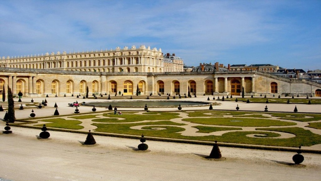 Hotel opening on grounds of Versailles