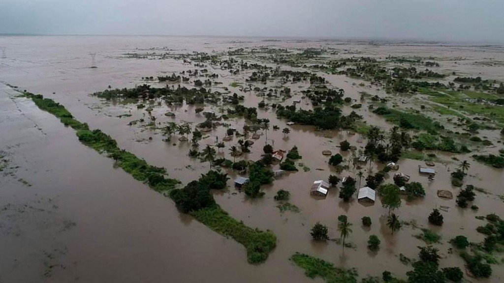 Witness: 300-400 bodies wash up on road after Cyclone Idai