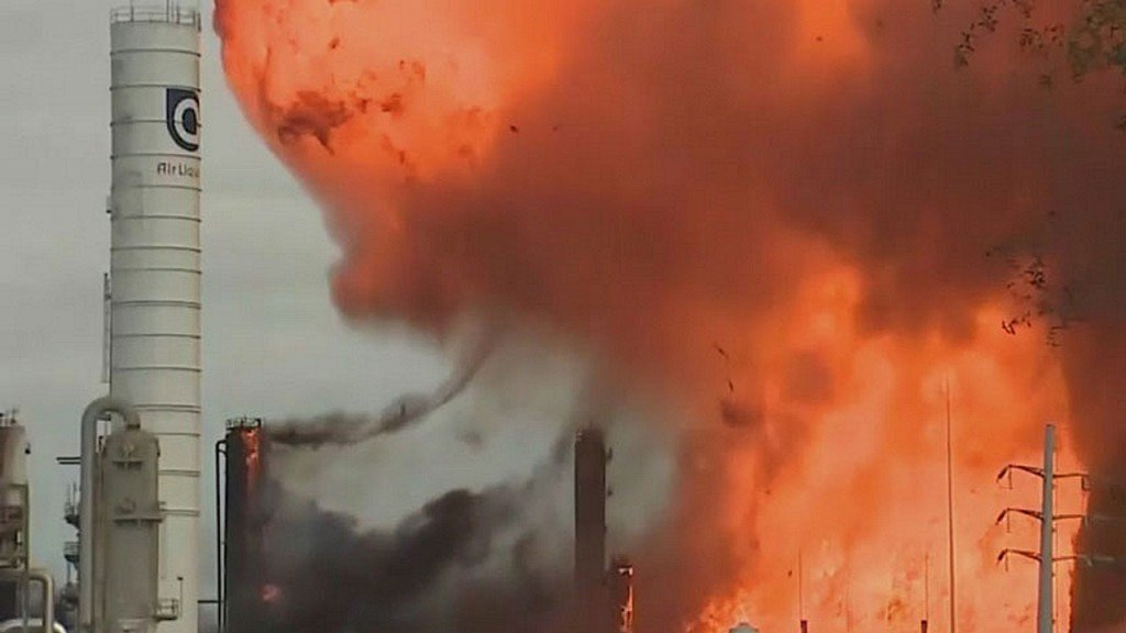 Firefighters contain blaze at Texas chemical plant