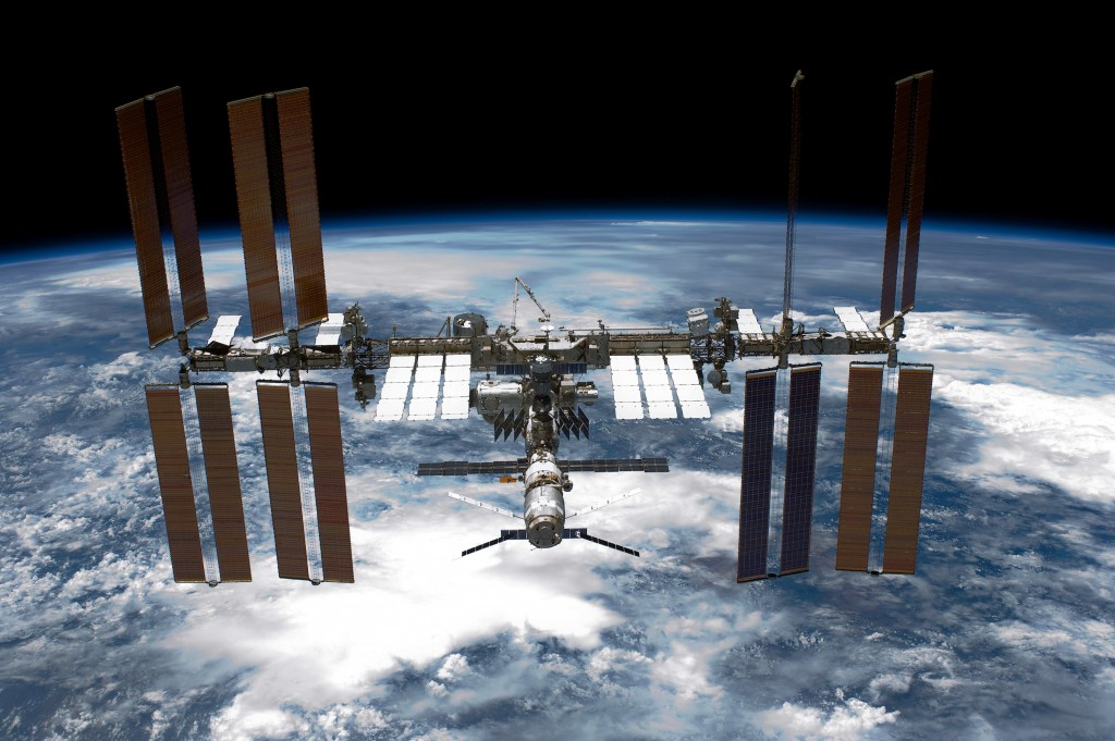 SpaceX Dragon delivers 'mighty mice' and a space robot