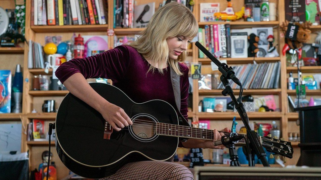 Taylor Swift shines solo in Tiny Desk Concert