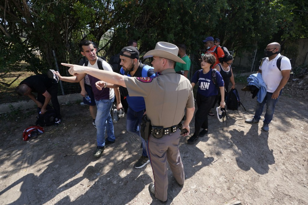 Us Sues Texas To Block State Troopers From Stopping Migrants