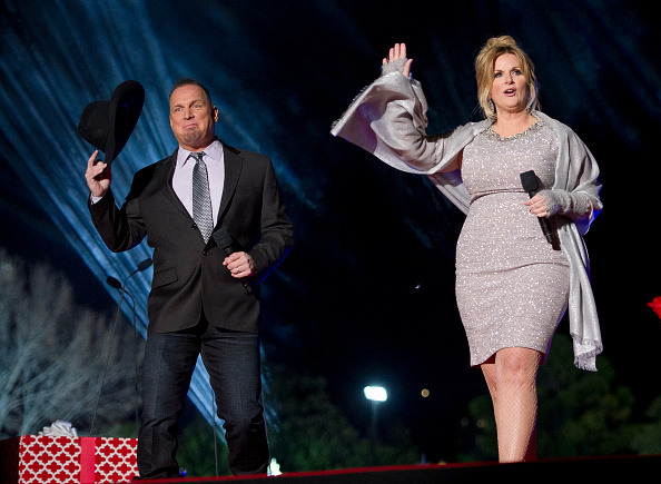 WASHINGTON, DC – DECEMBER 1: Country singers Garth Brooks and Tricia Yearwood perform at the National Christmas Tree Lighting attended by the first family on the Ellipse December 1, 2016 in Washington, DC. This year is the 94th annual National Christmas Tree Lighting Ceremony. (Photo by Ron Sachs-Pool/Getty Images)