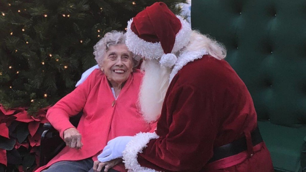 Woman takes first photo with Santa at 92-years-old