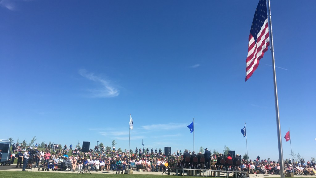 Hundreds gather at Washington State Veterans Cemetery to honor the fallen