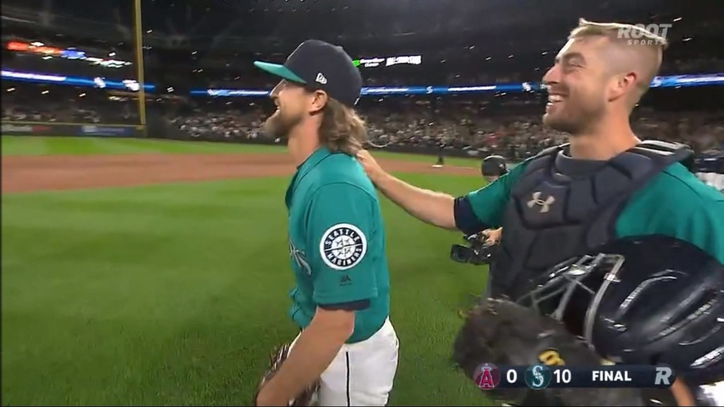 M's Leake loses perfect game in 9th, blanks L.A.
