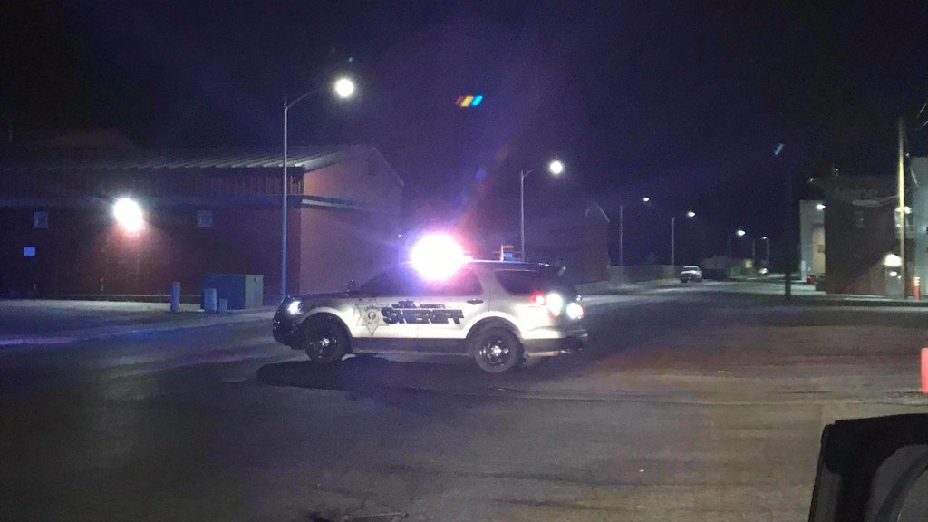 Prosser officer shot in the leg, police looking for suspect