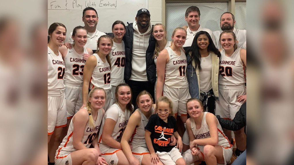 Kobe Bryant poses with the Cashmere varsity girl's basketball team.