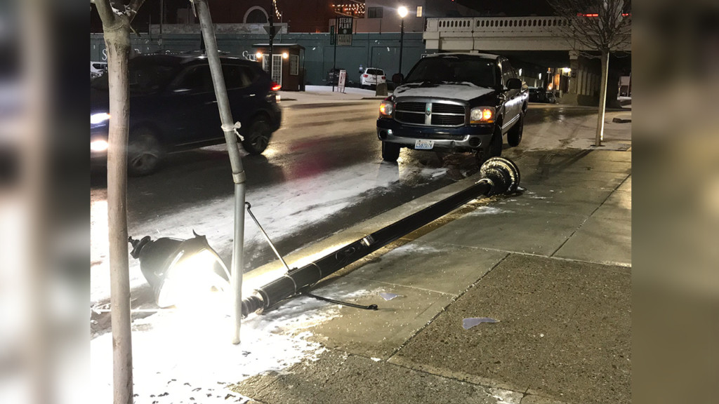 Car crashes into street lamp on Lincoln
