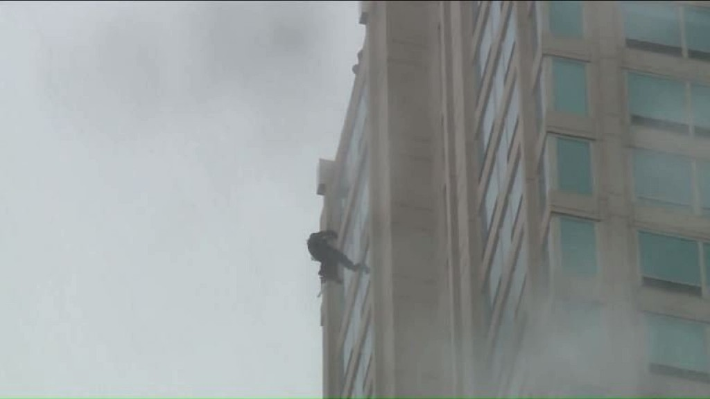 Window washer rescued after dangling from Chicago high-rise