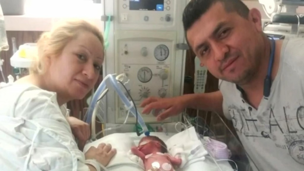 Couple reunites with 911 dispatcher who helped them deliver baby