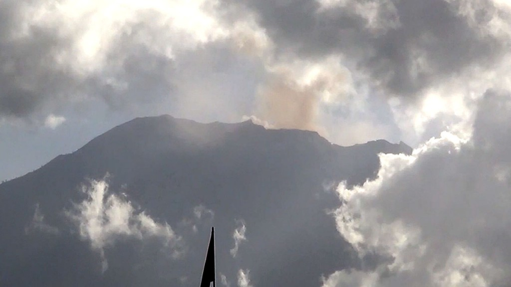 Airport reopens after Bali volcano forces flight delays