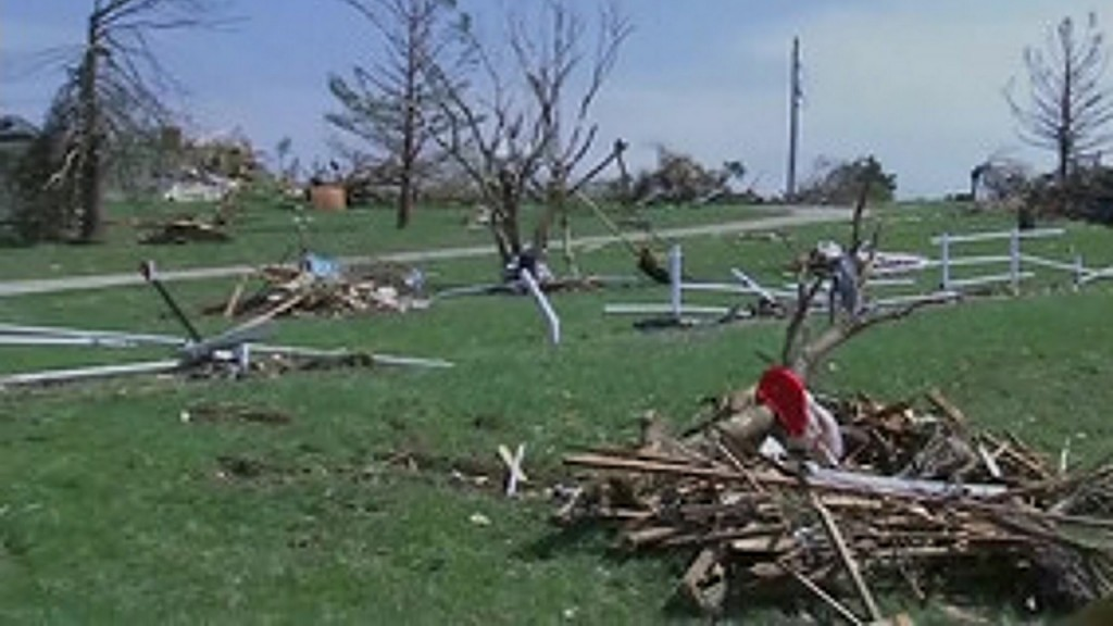 Volunteers feed Kansas tornado victims
